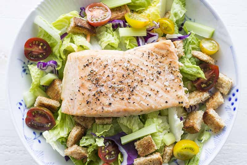 Baked salmon with salad and croutons